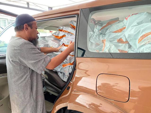 Uncle Hashim tidak menang tangan untuk menguruskan tempahan pelanggan yang membeli kurma Ajwa daripada beliau