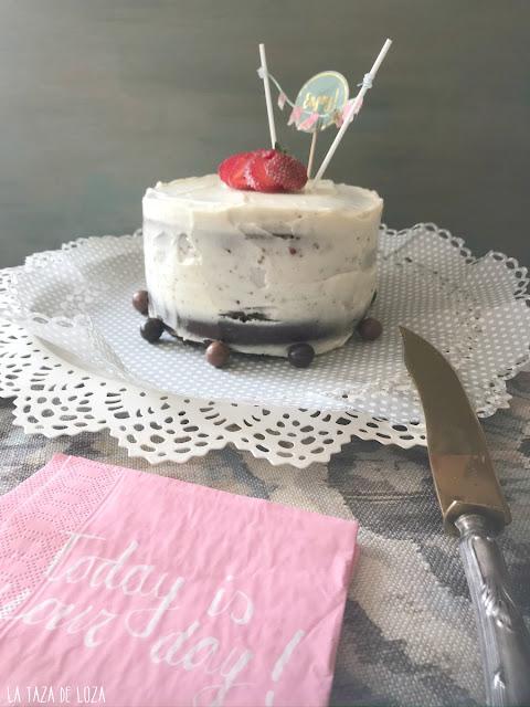 Tarta-de-cumpleaños-rellena-con-mermelada-de-frambuesas