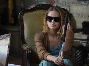 Chica ciega en castillo medieval