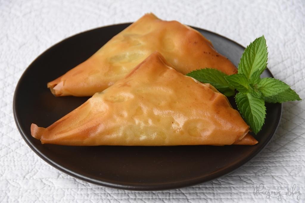 Spanakopita - greckie pierożki z ciasta filo nadziewane szpinakiem z fetą.