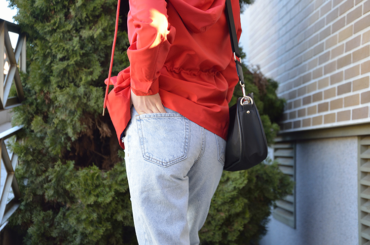 trends_gallery_blogger_look_outfit_red_jacket_mom_jeans_navy