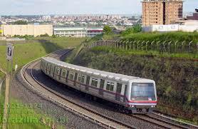 A foto mostra o trem de superfície moderno que substitui a maria fumaça do século passado.