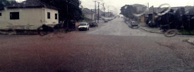 Roncador: Chuva rápida e forte alaga trecho da Avenida Santo Antônio