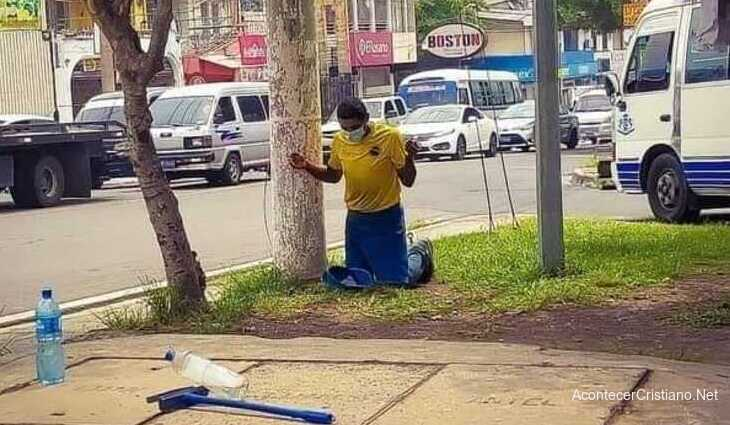 Hombre orando en la calle