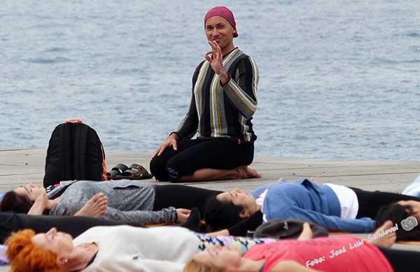 Power Yoga celebró ayer sábado su quinto aniversario con una exhibición en La Puntilla, playa de Las Canteras