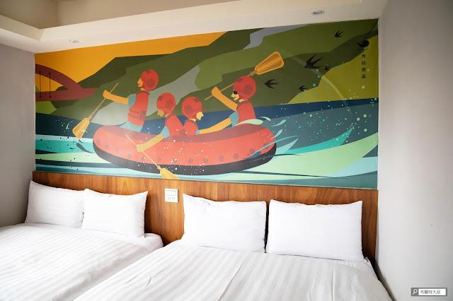 【大叔生活】2021 又是六天五夜的環島小筆記 (住宿篇) - 四人兩大床很符合家庭需求,床頭畫作非常療癒
