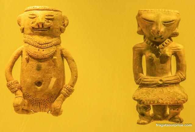 Peças rituais em cerâmica no Museu do Ouro de Bogotá