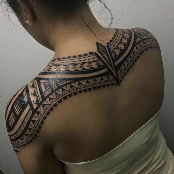 Vemos una mujer con tatuaje maori en la espalda