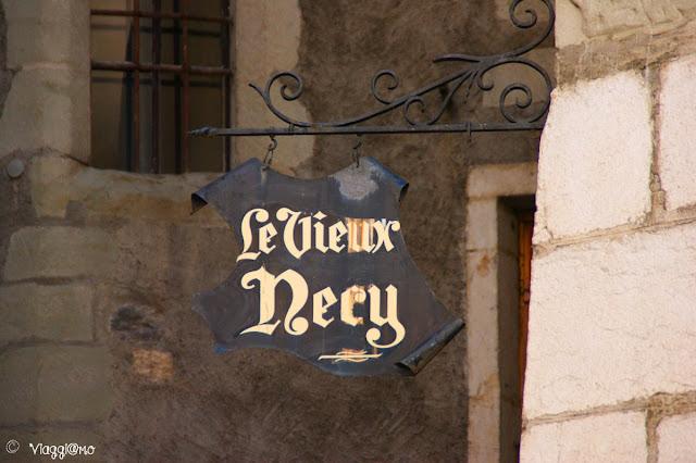 Le graziose insegne in ferro battuto dei negozi di Annecy