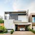 Fachada de casa contemporânea com pedra, madeira, concreto em terreno de 10x28m!