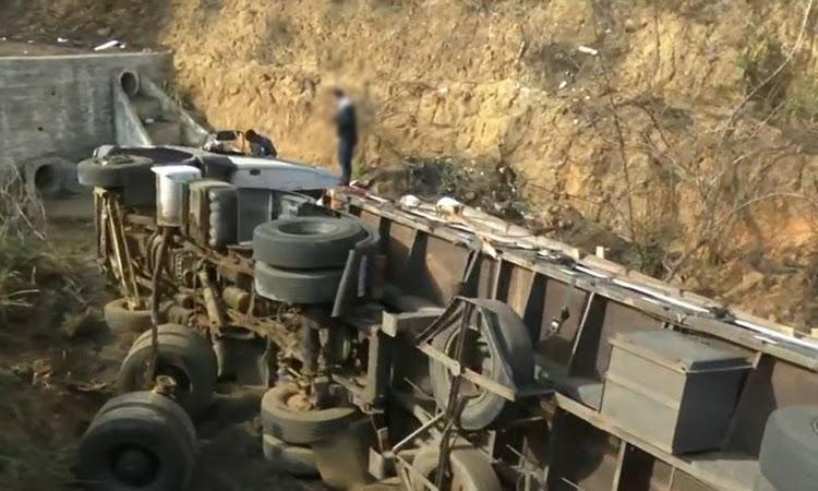 Motorista perde controle de caminhão e tomba em vala do Anel Rodoviário de Vitória da Conquista