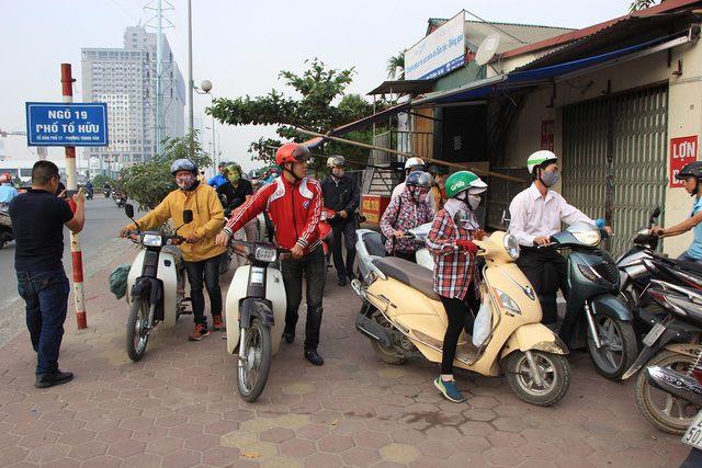 Lạ lùng cảnh hàng trăm người dắt xe máy ngược chiều đối phó CSGT ở Hà Nội 3