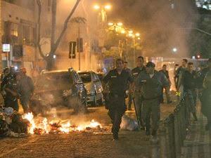 Legitima praça de guerra no Rio de Janeiro entre professores e polcais do governo.