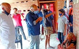 पूर्व विधायक बाबा दूबे ने किया असहाय परिवार की आर्थिक मदद   #NayaSaberaNetwork