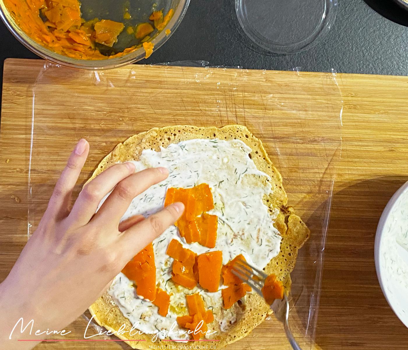Pfannkuchen-Röllchen mit Karotten-Lachs
