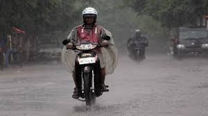 cara mengendarai motor saat hujan