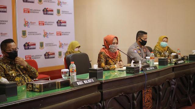 """Mojokerto - Guna meningkatkan kesejahteraan warga Kota Mojokerto, Pemerintah Kota Mojokerto berencana membentuk Badan Usaha Milik Daerah (BUMD) baru, yaitu BUMD Aneka Usaha. Usaha ini diawali dengan bekerja sama Pusat Pengembangan Otonomi Daerah (PPOTODA) Universitas Brawijaya.   Pembentukan BUMD Aneka Usaha juga merupakan tidak lanjut dari misi keempat program pembangunan Ning Ita-Cak Rizal, yaitu mewujudkan ekonomi daerah yang mandiri, berdaya saing, berkeadilan dan berbasis pada ekonomi kerakyatan melalui peningkatan fasilitas pembangunan infrastruktur daerah. BUMD baru ini akan bergerak dalam bidang perdagangan dan jasa. Ning Ita menyampaikan tujuan dibentuknya BUMD Aneka Usaha adalah untuk mengoptimalkan pengelolaan aset yang ada di Kota Mojokerto. """"Sebentar lagi akan dibangun Sky Walk, Rest Area, wisata susur sungai pemandian Sekar Sari, kalau aset-aset tersebut dikelola oleh OPD hasilnya kurang optimal.""""tutur Ning Ita.   Lebih lanjut Ning Ita menyampaikan Kota Mojokerto tidak memiliki sumber daya alam, sehingga dibutuhkan lembaga berfungsi untuk mengamankan distribusi dan ketersediaan pangan yang bisa terlibat secara langsung, karena selama ini intervensi pemerintah hanya bisa melakukan operasi pasar untuk mengontrol harga bahan pangan. """"Tujuan ketiga adalah BUMD Aneka Usaha sebagai sumber PAD bagi Kota Mojokerto, karena tidak mungkin hanya mengandalkan transfer dana dari Pemerintah Pusat.""""kata Ning Ita.   Dalam pembentukan BUMD yang baru Wali kota Mojokerto, Ika Puspitasari berharap masyarakat turut serta partisipasi dalam menentukan BUMD seperti apa yang sesuai dengan kebutuhan warga Kota Mojokerto. """"Warga dapat berpartisipasi dengan mengisi survey dalam https://bit.ly/surveibumdmjk. Kata  Ning Ita. Lebih lanjut Ning Ita meyampaikan melalui link tersebut warga akan diminta menjawab beberapa  pertanyaan terkait bentuk BUMD yang baru.   Dari hasil survey tersebut Pemerintah Kota bersama tim PPOTODA akan meyimpulkan bentuk BUMD baru sesuai dengan kebutuhan mas"""