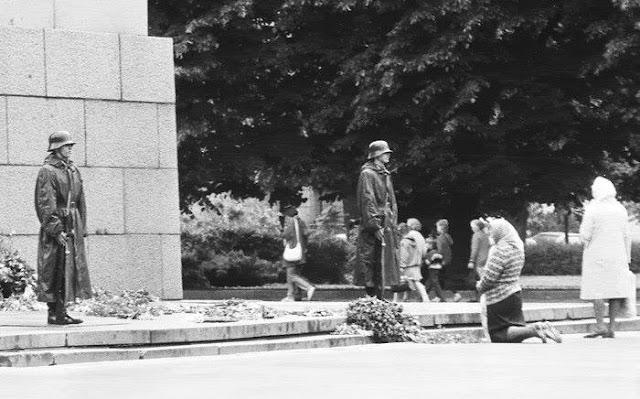 1993 год. Рига. Почетный караул у монумента Свободы.