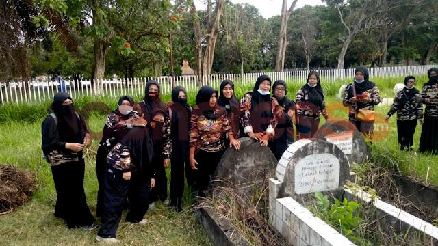 Anggota FKPPI ziarah sambil membersihkan makam seorang tokoh pendiri PERSIT