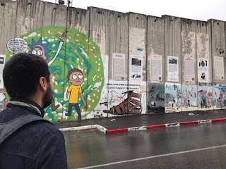 Yo mirando hacia el Muro que separa Israel de Palestina