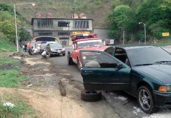 Hueco en La Cabrera dejó a 10 carros sin cauchos a la vez