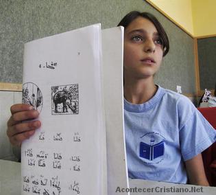 Niña estudiando el idioma arameo