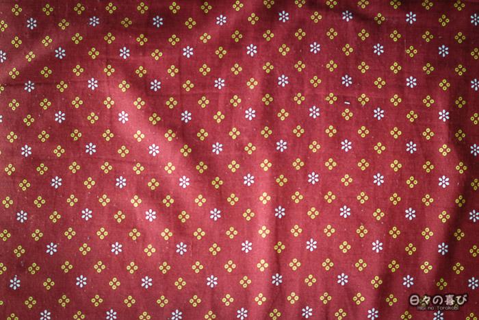motif zabuton fleurs sur fond rouge