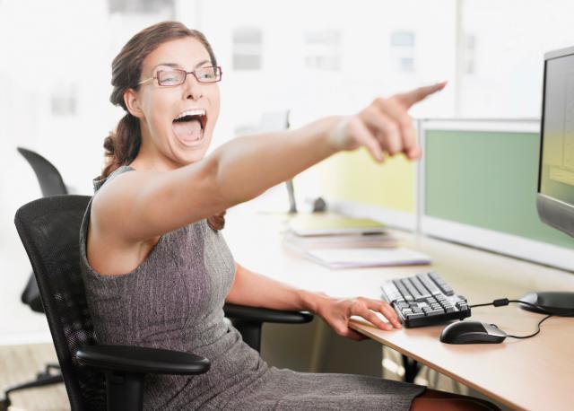 mujer riéndose a carcajadas es una forma de acoso verbal