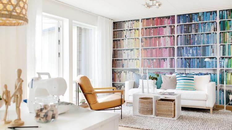 Trucos de interiorista, pared con papel pintado que imita libros