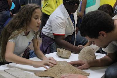 Museu de Ciências da Terra promove experiência sensorial para pessoas com deficiência visual