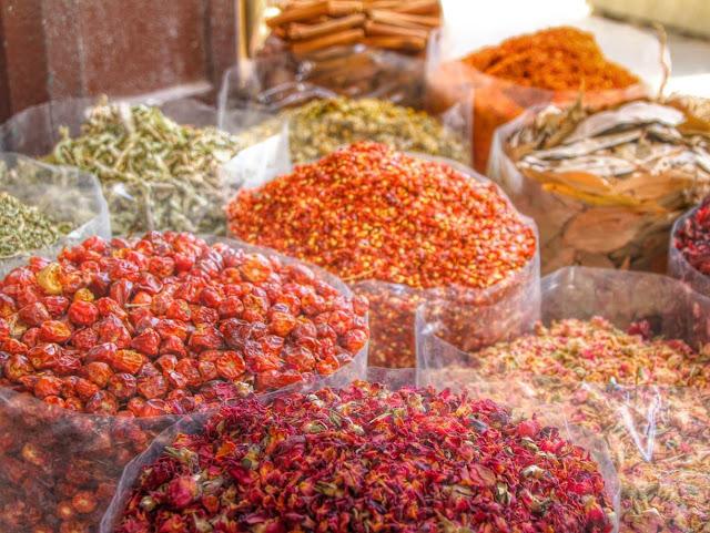 Trong khu chợ cũ ở Dubai còn có một vài quán ăn rẻ và ngon, bán đủ thứ thức ăn địa phương rất đặc biệt. Sau khi lang thang khu chợ cũ, hãy thưởng thức các món ăn truyền thống của Dubai để hiểu sâu hơn về vùng đất này.