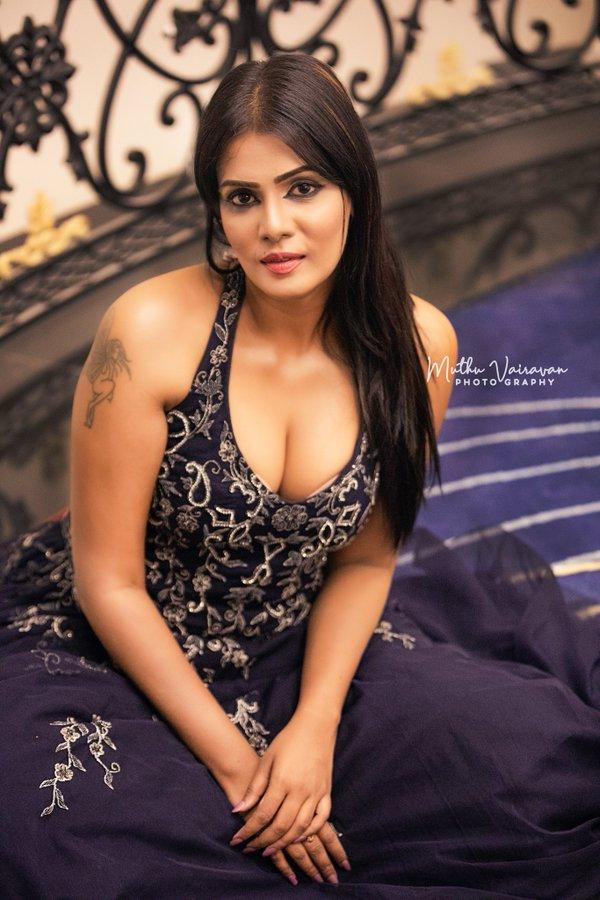 Meera Mitun Cleavage Photos