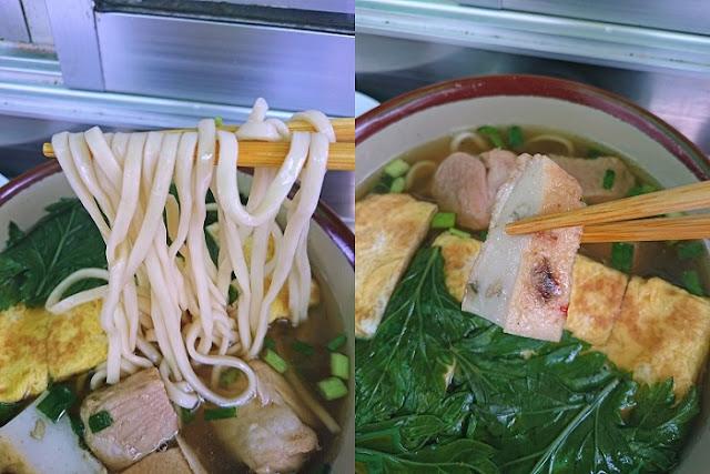 卵焼き豚肉そばの麺とカマボコの写真
