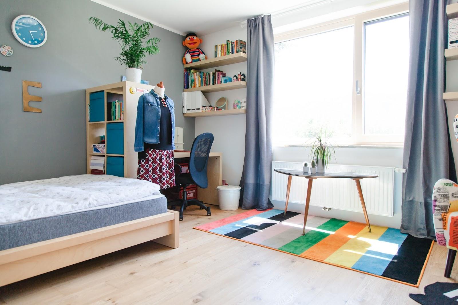 zimmer verdunkeln die gardinen fr sowie auch die jalousien schaffen ein warmes ambiente im. Black Bedroom Furniture Sets. Home Design Ideas