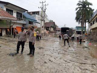 Kapolres Lutra Pimpin Langsung Pembersihan Sisa Material Pasca Banjir Bandang