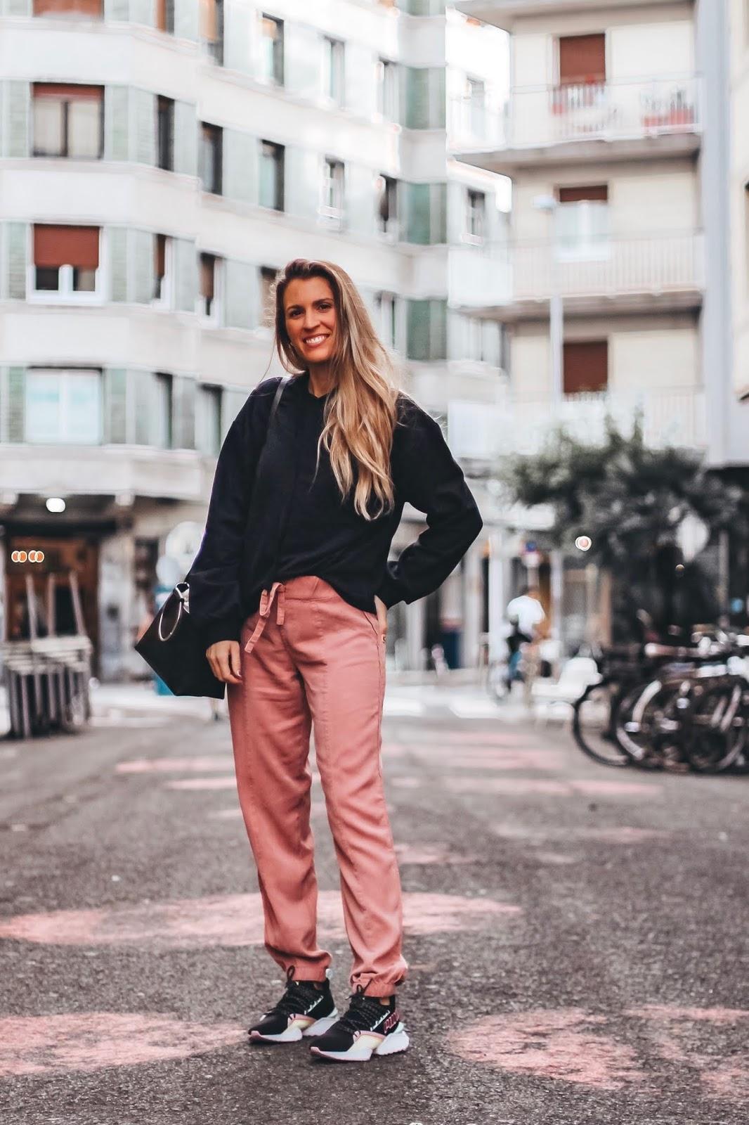 look con pantalones cargo rosas