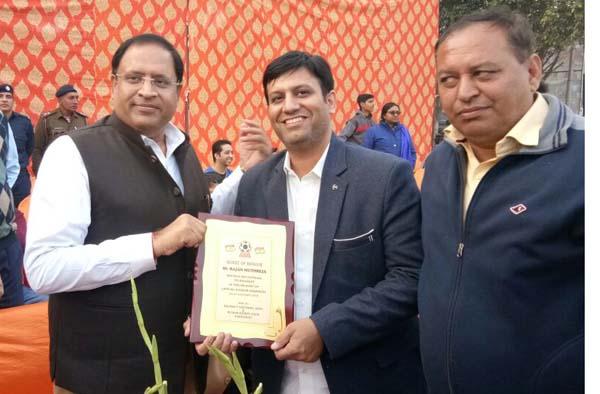 फ़ुटबाल टूर्नामेंट में केबिनेट मंत्री विपुल गोयल ने राजन मुथ्रेजा को किया सम्मानित