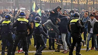 هولندا.. مظاهرة حاشدة وسط امستردام احتجاجاً على اجراءات كورونا
