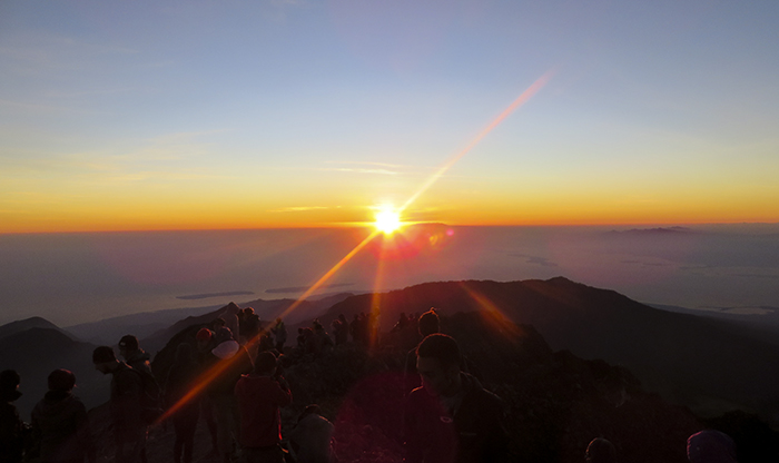 Matahari di Ufuk Timur dan Gugusan Kepulauan Nusa Tenggara