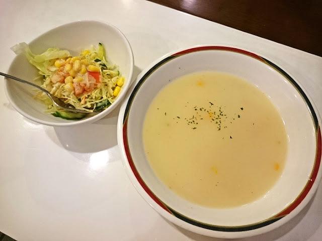 リブステーキに付いてたクリームスープとサラダの写真