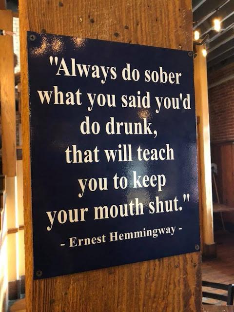Zitat von Ernest Hemingway auf einem Schild: Versuche immer wenn du nüchtern bist, das zu sagen was du gesagt hast, als du betrunken warst. Das wird dich lehren, deinen Mund zu halten.
