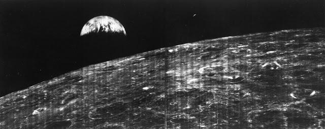 Hình ảnh đầu tiên của Trái Đất được chụp từ Mặt Trăng bởi tàu Lunar Orbiter 1. Credit: NASA.