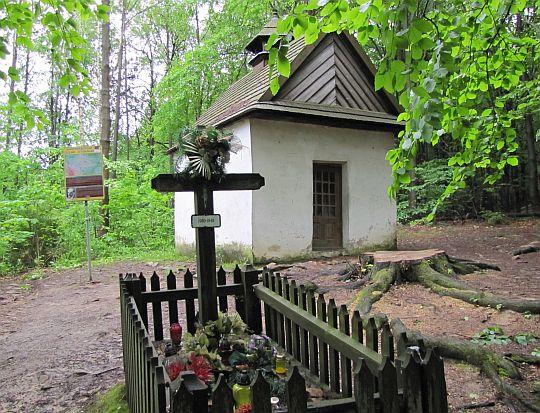 Kaplica cmentarna z XIX wieku, zwana kapliczką Żeromskiego i jedna z mogił.