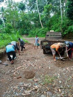 Penimbunan jalan di sidomulyo dilakukan dengan bergotong royong