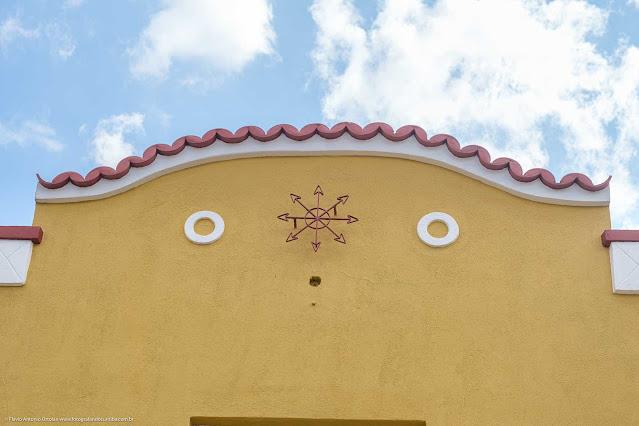 Casarão amarelo com ornamento de ferro no Ahú - detalhe platibanda com ornamento de ferro