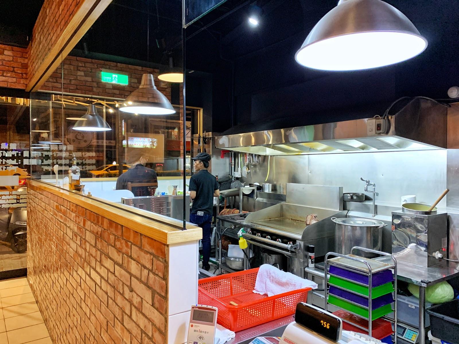 台南中西區美食【丹妮牛排】開放式廚房