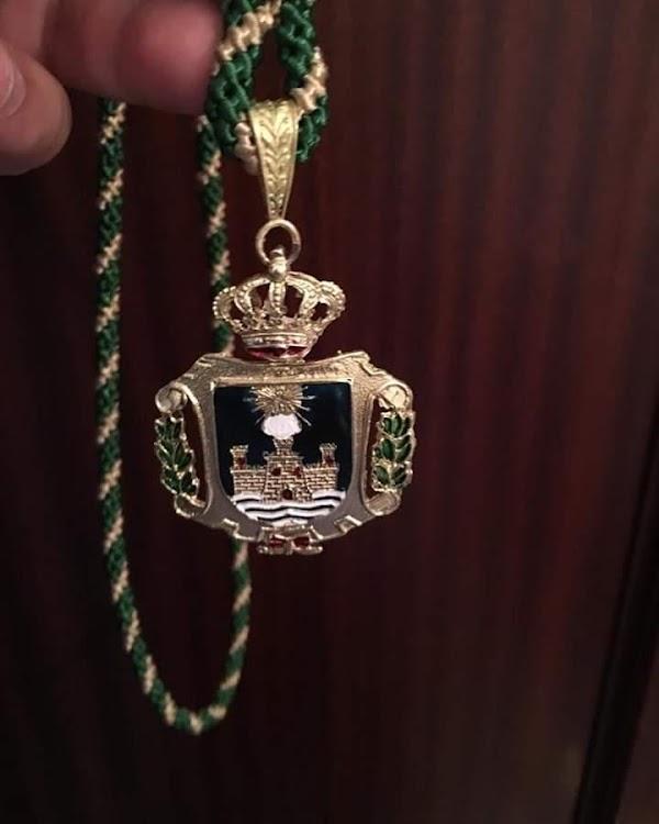 Desaparece la imagen de la Patrona de la medalla de algún concejal de EL Puerto de Santa María