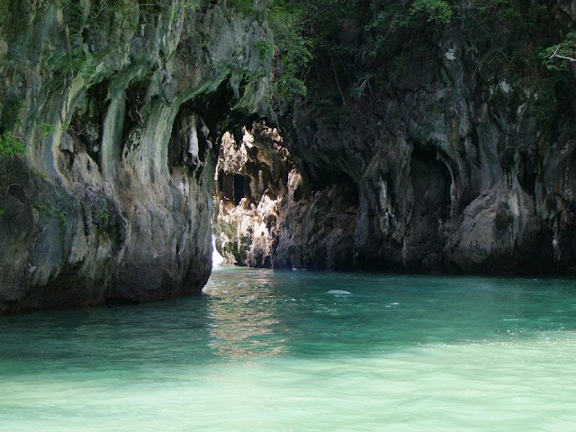 นักท่องเที่ยวนิยมพายเรือคายัคชมรอบๆเกาะห้อง หรือพายลอดเข้าไปถ้ำต่างๆที่มีกระจายอยู่รอบเกาะห้อง