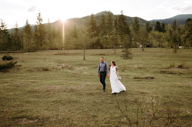 bride and groom, hand in hand, Mountain wedding, Berghochzeit, destination wedding Bavaria, Wallgau, photo credit Magnus Winterholler Gipfelliebe, wedding planner Uschi Glas 4 weddings & events
