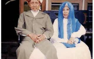 KH Noer Alie dan Nyai Rohmah
